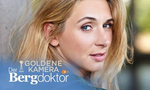 """Die Absolventin Andrea Gerhard erhält mit der ZDF-Serie """"Der Bergdoktor"""" die """"Goldene Kamera"""" 2019."""