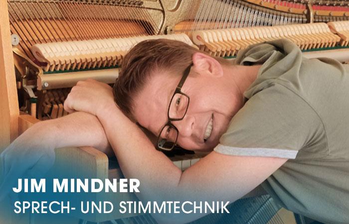 Der Dozent Jim Mindner lehrt an der Artrium Schauspielschule Hamburg das Fach Sprech- und Stimmtechnik