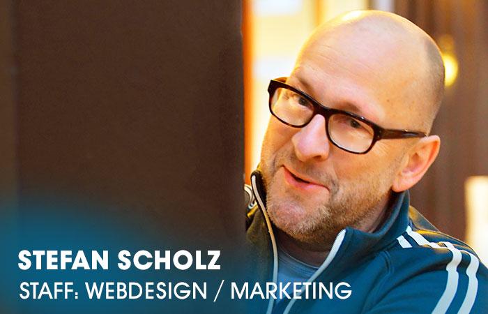 Der Grafikdesigner Stefan Scholz ist an der Artrium Schauspielschule Hamburg verantwortlich für das Erscheinungsbild der Schule