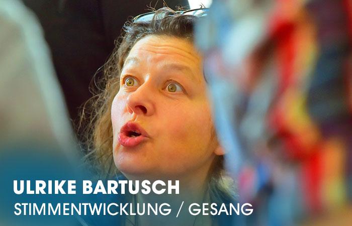 Die Dozentin Ulrike Bartusch lehrt an der Artrium Schauspielschule Hamburg das Fach Stimmentwicklung/Gesang: Chor/Gruppe/Einzeln